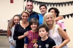 Leo Flores, Nora Sánchez y familia en el cumple de Santiago